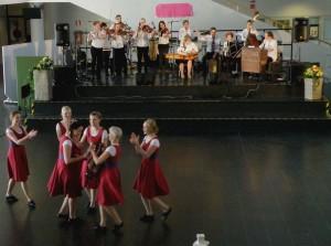 kansanmusaryhmä ja flikkoja Pohjankartanon aulassa
